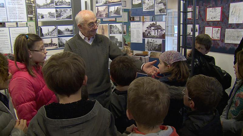 Roger Potier explique l'Opération Cobra aux élèves